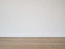 Кройте деревянный пол черепицей картины пола с предпосылкой стены белого цемента стоковое фото