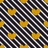 Кройте картину черепицей вектора с черными нашивками и золотыми сердцами на белой предпосылке Стоковая Фотография RF