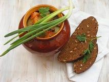 Кролик зайцев одичалый с гуляшем овощей в медном баке на деревянной поверхности, зажаренном в духовке мясе говядины с морковью, л Стоковые Изображения