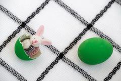 кролик зайчика и яркий ый-зелен покрашенный eggshell, Стоковая Фотография RF