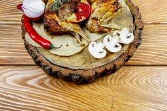 Кролик испек в печи в красном соусе с потушенными овощами на деревенском деревянном столе скопируйте космос стоковые фотографии rf