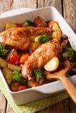 Кролик испек с овощами в конце-вверх соуса мустарда в выпечке стоковые изображения