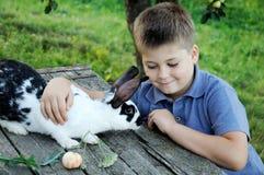 кролик сада мальчика Стоковая Фотография