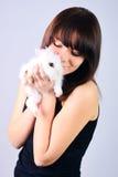 кролик удерживания девушки Стоковые Фотографии RF