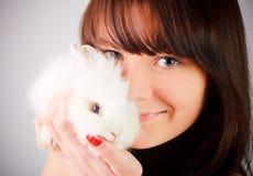 кролик удерживания девушки Стоковое Изображение RF