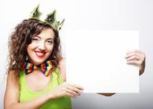 Крона молодой счастливой женщины нося держа пустой знак Стоковые Фотографии RF