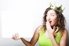 Крона молодой счастливой женщины нося держа пустой знак Стоковое Изображение RF