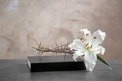 Крона терниев, белой лилии и библии стоковые изображения rf
