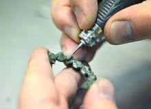 Кроны зуба мельниц руки дантиста созданные на принтере 3d для металла Стоковая Фотография