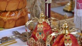 Кроны свадьбы золота замужества в церков, конца камеры движения вверх сток-видео