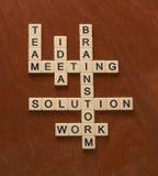 Кроссворд с словами объединяется в команду, коллективно обсуждать, решение, идея PR Стоковые Фотографии RF