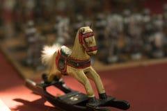 Крошечная красочная винтажная деревянная лошадь стоковые изображения