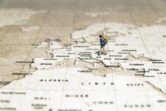 Крошечная прогулка модели путешественника на карте Стоковые Фотографии RF