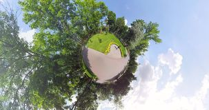Крошечная статуя планеты девушки видеоматериал