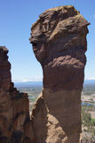 Крошечные альпинисты на свисая скале стоковая фотография rf