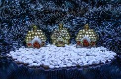 Крошечные дома с белыми утесами и зеленой предпосылкой небо klaus santa заморозка рождества карточки мешка Стоковые Фото