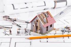 Крошечные дома строения людей для архитектурноакустических планов Концепция  Стоковая Фотография