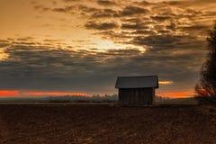 Крошечный дом амбара на горящих полях Стоковые Фотографии RF