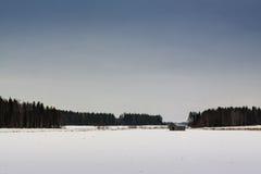 Крошечный дом амбара на поле Snowy Стоковое Изображение RF