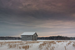 Крошечный дом амбара на поле Snowy Стоковые Изображения RF