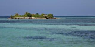 Крошечный островок в водах бирюзы Мальдивов стоковое изображение