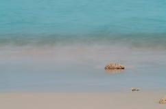 Крошечный утес на пляже Стоковые Изображения