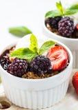 Крошите пирог с смешиванием, granola и мороженым ягоды стоковые изображения rf