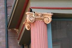Крошить богато украшенные столбцы здания Стоковое фото RF