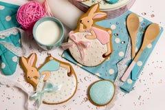 Кролики мед-торта пасхи, голубая стильная кухня, варить еды торжества Стоковые Изображения RF