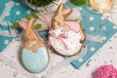 Кролики пасхи пестротканые egg мед-торт, трава, фотография еды Стоковая Фотография