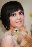 Кролик девушки и пигмея Стоковые Фото