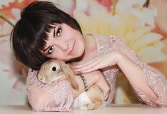 Кролик девушки и пигмея Стоковая Фотография