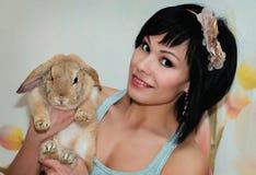 Кролик девушки и пигмея Стоковое Фото