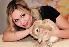 Кролик девушки и пигмея Стоковые Изображения
