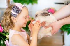кролик девушки маленький Стоковая Фотография