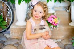 кролик девушки маленький Стоковые Фото