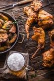 Кролик Зажаренные в духовке куски кролика с американским чесноком картошек spices соль, тимон перца и пиво проекта Кухня зверолов стоковая фотография