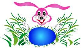 Кролик зайчика пасхи ища яичка в траве Стоковое Изображение RF