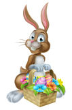 Кролик зайчика пасхи с корзиной корзины яичек Стоковые Изображения