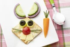 Кролик зайчика сделанный от еды с белыми плитой и ложкой стоковые фото