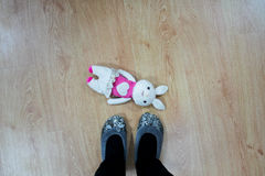 Кролик игрушки на поле Стоковое Фото