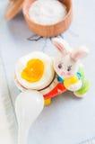 Кролик и яичко пасхи на белой предпосылке деревянного стола Стоковое Фото