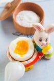Кролик и яичко пасхи на белой предпосылке деревянного стола Стоковые Фотографии RF
