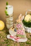 Кролик сформировал мед-торт пасхи, свечи на таблице весны праздника Стоковое Изображение