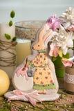 Кролик сформировал gingerbred пасху, цветки, торжество весны праздника, украшенную таблицу Стоковые Изображения