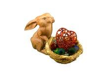 Кролик с плетеным гнездом с красочными яичками и символ сердца на белизне Стоковые Изображения