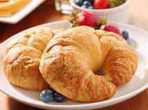 круасанты завтрака ягод стоковое изображение