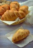 круасанты свежие Завтрак/тонизированный в ретро стиле/ стоковые изображения