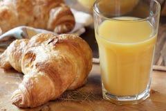 Круасант и апельсиновый сок стоковое изображение