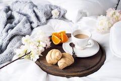Круасант и кофейная чашка Стоковая Фотография RF